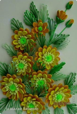 Здравствуйте, дорогие жители Страны!!! Представляю вашему вниманию букет желтых цветов, желтый с зеленым - это моё любимое сочетание. Обожаю желтые цветы, и, кстати, муж мне часто дарит именно желтые на протяжении уже 20 лет. Так что никакие они не вестники разлуки.  Дарите желтые цветы! Не верьте злым приметам! Неправда, что всегда они К разлукам или бедам! Ведь желтый цвет – это тепло, Цвет солнца и пшеницы, Так в доме светится окно, Где ждут родные лица, Царицей желтою луна Ночь бархатную греет, И в храме, возле алтаря, Огонь свечи желтеет, И первоцвета желтый цвет, И поздней хризантемы, Цвет золота, и цвет монет, Янтарных бус на шее, Морского желтого песка, Горячей булки хлеба, И цвет осеннего листа, Цвет капли меда, лета, Уюта бледно-желтый цвет От старого торшера, Цвет честолюбия, ума И риска у Люшера! Все неприятности в судьбе, Поверьте, не от цвета! Дарите желтые цветы! Не слушайте запрета! (к сожалению не разобралась с автором, но вот адрес сайта, где размещено стихотворение)  http://artbull.ru/content/darite-zheltye-tsvety  фото 12