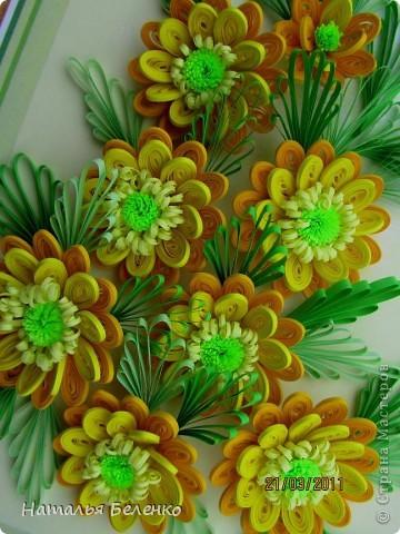 Здравствуйте, дорогие жители Страны!!! Представляю вашему вниманию букет желтых цветов, желтый с зеленым - это моё любимое сочетание. Обожаю желтые цветы, и, кстати, муж мне часто дарит именно желтые на протяжении уже 20 лет. Так что никакие они не вестники разлуки.  Дарите желтые цветы! Не верьте злым приметам! Неправда, что всегда они К разлукам или бедам! Ведь желтый цвет – это тепло, Цвет солнца и пшеницы, Так в доме светится окно, Где ждут родные лица, Царицей желтою луна Ночь бархатную греет, И в храме, возле алтаря, Огонь свечи желтеет, И первоцвета желтый цвет, И поздней хризантемы, Цвет золота, и цвет монет, Янтарных бус на шее, Морского желтого песка, Горячей булки хлеба, И цвет осеннего листа, Цвет капли меда, лета, Уюта бледно-желтый цвет От старого торшера, Цвет честолюбия, ума И риска у Люшера! Все неприятности в судьбе, Поверьте, не от цвета! Дарите желтые цветы! Не слушайте запрета! (к сожалению не разобралась с автором, но вот адрес сайта, где размещено стихотворение)  http://artbull.ru/content/darite-zheltye-tsvety  фото 3