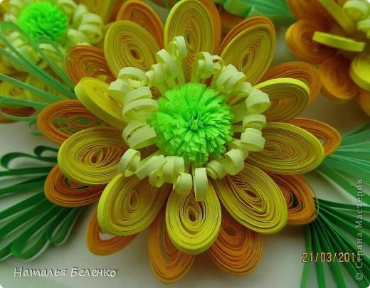 Здравствуйте, дорогие жители Страны!!! Представляю вашему вниманию букет желтых цветов, желтый с зеленым - это моё любимое сочетание. Обожаю желтые цветы, и, кстати, муж мне часто дарит именно желтые на протяжении уже 20 лет. Так что никакие они не вестники разлуки.  Дарите желтые цветы! Не верьте злым приметам! Неправда, что всегда они К разлукам или бедам! Ведь желтый цвет – это тепло, Цвет солнца и пшеницы, Так в доме светится окно, Где ждут родные лица, Царицей желтою луна Ночь бархатную греет, И в храме, возле алтаря, Огонь свечи желтеет, И первоцвета желтый цвет, И поздней хризантемы, Цвет золота, и цвет монет, Янтарных бус на шее, Морского желтого песка, Горячей булки хлеба, И цвет осеннего листа, Цвет капли меда, лета, Уюта бледно-желтый цвет От старого торшера, Цвет честолюбия, ума И риска у Люшера! Все неприятности в судьбе, Поверьте, не от цвета! Дарите желтые цветы! Не слушайте запрета! (к сожалению не разобралась с автором, но вот адрес сайта, где размещено стихотворение)  http://artbull.ru/content/darite-zheltye-tsvety  фото 9