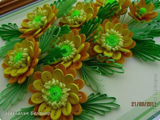 Здравствуйте, дорогие жители Страны!!! Представляю вашему вниманию букет желтых цветов, желтый с зеленым - это моё любимое сочетание. Обожаю желтые цветы, и, кстати, муж мне часто дарит именно желтые на протяжении уже 20 лет. Так что никакие они не вестники разлуки.  Дарите желтые цветы! Не верьте злым приметам! Неправда, что всегда они К разлукам или бедам! Ведь желтый цвет – это тепло, Цвет солнца и пшеницы, Так в доме светится окно, Где ждут родные лица, Царицей желтою луна Ночь бархатную греет, И в храме, возле алтаря, Огонь свечи желтеет, И первоцвета желтый цвет, И поздней хризантемы, Цвет золота, и цвет монет, Янтарных бус на шее, Морского желтого песка, Горячей булки хлеба, И цвет осеннего листа, Цвет капли меда, лета, Уюта бледно-желтый цвет От старого торшера, Цвет честолюбия, ума И риска у Люшера! Все неприятности в судьбе, Поверьте, не от цвета! Дарите желтые цветы! Не слушайте запрета! (к сожалению не разобралась с автором, но вот адрес сайта, где размещено стихотворение)  http://artbull.ru/content/darite-zheltye-tsvety  фото 5