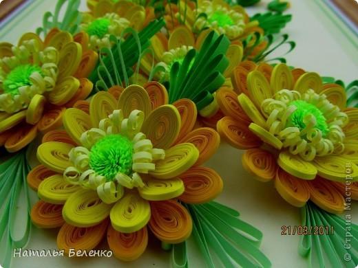 Здравствуйте, дорогие жители Страны!!! Представляю вашему вниманию букет желтых цветов, желтый с зеленым - это моё любимое сочетание. Обожаю желтые цветы, и, кстати, муж мне часто дарит именно желтые на протяжении уже 20 лет. Так что никакие они не вестники разлуки.  Дарите желтые цветы! Не верьте злым приметам! Неправда, что всегда они К разлукам или бедам! Ведь желтый цвет – это тепло, Цвет солнца и пшеницы, Так в доме светится окно, Где ждут родные лица, Царицей желтою луна Ночь бархатную греет, И в храме, возле алтаря, Огонь свечи желтеет, И первоцвета желтый цвет, И поздней хризантемы, Цвет золота, и цвет монет, Янтарных бус на шее, Морского желтого песка, Горячей булки хлеба, И цвет осеннего листа, Цвет капли меда, лета, Уюта бледно-желтый цвет От старого торшера, Цвет честолюбия, ума И риска у Люшера! Все неприятности в судьбе, Поверьте, не от цвета! Дарите желтые цветы! Не слушайте запрета! (к сожалению не разобралась с автором, но вот адрес сайта, где размещено стихотворение)  http://artbull.ru/content/darite-zheltye-tsvety  фото 8