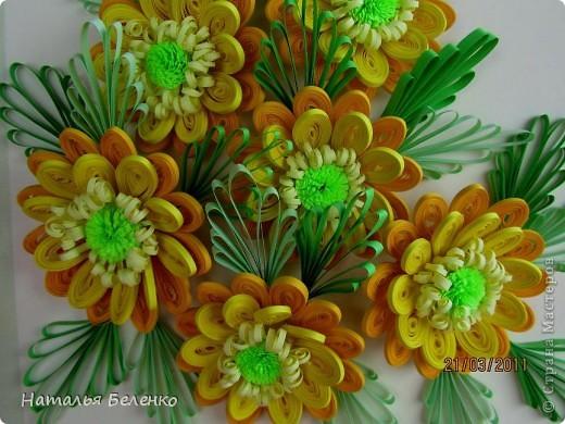 Здравствуйте, дорогие жители Страны!!! Представляю вашему вниманию букет желтых цветов, желтый с зеленым - это моё любимое сочетание. Обожаю желтые цветы, и, кстати, муж мне часто дарит именно желтые на протяжении уже 20 лет. Так что никакие они не вестники разлуки.  Дарите желтые цветы! Не верьте злым приметам! Неправда, что всегда они К разлукам или бедам! Ведь желтый цвет – это тепло, Цвет солнца и пшеницы, Так в доме светится окно, Где ждут родные лица, Царицей желтою луна Ночь бархатную греет, И в храме, возле алтаря, Огонь свечи желтеет, И первоцвета желтый цвет, И поздней хризантемы, Цвет золота, и цвет монет, Янтарных бус на шее, Морского желтого песка, Горячей булки хлеба, И цвет осеннего листа, Цвет капли меда, лета, Уюта бледно-желтый цвет От старого торшера, Цвет честолюбия, ума И риска у Люшера! Все неприятности в судьбе, Поверьте, не от цвета! Дарите желтые цветы! Не слушайте запрета! (к сожалению не разобралась с автором, но вот адрес сайта, где размещено стихотворение)  http://artbull.ru/content/darite-zheltye-tsvety  фото 7