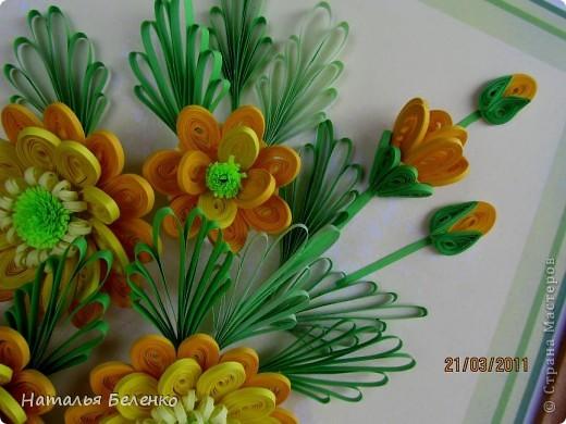 Здравствуйте, дорогие жители Страны!!! Представляю вашему вниманию букет желтых цветов, желтый с зеленым - это моё любимое сочетание. Обожаю желтые цветы, и, кстати, муж мне часто дарит именно желтые на протяжении уже 20 лет. Так что никакие они не вестники разлуки.  Дарите желтые цветы! Не верьте злым приметам! Неправда, что всегда они К разлукам или бедам! Ведь желтый цвет – это тепло, Цвет солнца и пшеницы, Так в доме светится окно, Где ждут родные лица, Царицей желтою луна Ночь бархатную греет, И в храме, возле алтаря, Огонь свечи желтеет, И первоцвета желтый цвет, И поздней хризантемы, Цвет золота, и цвет монет, Янтарных бус на шее, Морского желтого песка, Горячей булки хлеба, И цвет осеннего листа, Цвет капли меда, лета, Уюта бледно-желтый цвет От старого торшера, Цвет честолюбия, ума И риска у Люшера! Все неприятности в судьбе, Поверьте, не от цвета! Дарите желтые цветы! Не слушайте запрета! (к сожалению не разобралась с автором, но вот адрес сайта, где размещено стихотворение)  http://artbull.ru/content/darite-zheltye-tsvety  фото 10
