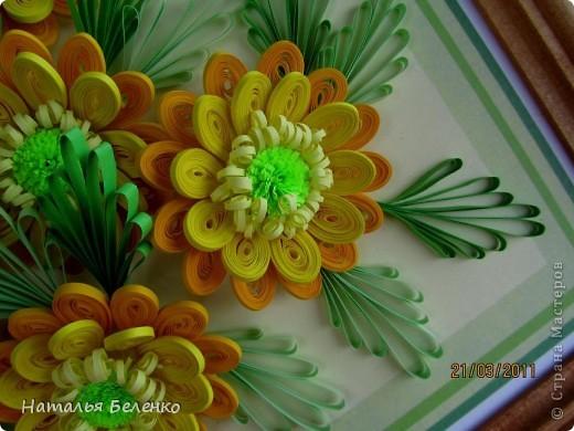 Здравствуйте, дорогие жители Страны!!! Представляю вашему вниманию букет желтых цветов, желтый с зеленым - это моё любимое сочетание. Обожаю желтые цветы, и, кстати, муж мне часто дарит именно желтые на протяжении уже 20 лет. Так что никакие они не вестники разлуки.  Дарите желтые цветы! Не верьте злым приметам! Неправда, что всегда они К разлукам или бедам! Ведь желтый цвет – это тепло, Цвет солнца и пшеницы, Так в доме светится окно, Где ждут родные лица, Царицей желтою луна Ночь бархатную греет, И в храме, возле алтаря, Огонь свечи желтеет, И первоцвета желтый цвет, И поздней хризантемы, Цвет золота, и цвет монет, Янтарных бус на шее, Морского желтого песка, Горячей булки хлеба, И цвет осеннего листа, Цвет капли меда, лета, Уюта бледно-желтый цвет От старого торшера, Цвет честолюбия, ума И риска у Люшера! Все неприятности в судьбе, Поверьте, не от цвета! Дарите желтые цветы! Не слушайте запрета! (к сожалению не разобралась с автором, но вот адрес сайта, где размещено стихотворение)  http://artbull.ru/content/darite-zheltye-tsvety  фото 11