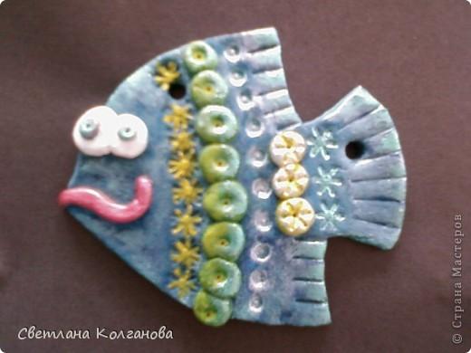 Насмотрелась на работы ANAID и  lev-alen и решилась наконец-то сделать рыбок. Расписывала гуашью и акриловыми красками, но в процессе поняла, что акриловая краска плохо ложится на гуашь, поэтому лучше либо только гуашью разрисовывать, либо акриловыми красками. Вот моя первая рыбка.  фото 1