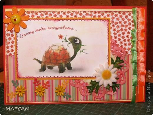 Доброго всем времени суток. Здравствуйте, все, кто заглянул ко мне в гости. Сегодня хочу выставить на ваш суд открытки, которые я увидела на других сайтах и скопировала (конечно. добавила чего-то своего). Эти открытки выполнены с использованием швейной машинки (ох, и попадает мне от мамы, хотя конечный результат ей нравится). Итак, открыточка первая - с черепашкой. Нашла  здесь http://2.bp.blogspot.com/_BlRJYSV3_fw/TCKFCBWBi6I/AAAAAAAAAas/zv25LwtEcpk/s1600/DSC00857.jpg и решила сделать похожую. фото 1