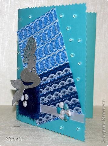 Вот такая получилась открытка с русалочкой. Основа - дизайнерский картон, прямоугольник - это картон для детского творчества, обтянутый кружевом, цветная нить-соломка на квадратике, русалка из сигаретной фольги, цветок - бусины фото 1