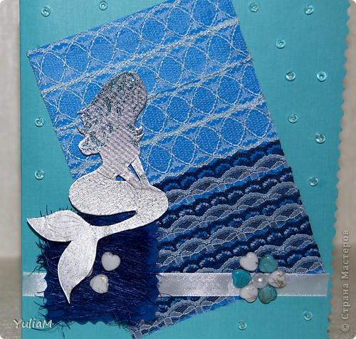Вот такая получилась открытка с русалочкой. Основа - дизайнерский картон, прямоугольник - это картон для детского творчества, обтянутый кружевом, цветная нить-соломка на квадратике, русалка из сигаретной фольги, цветок - бусины фото 2