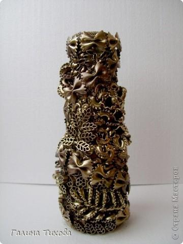 Для создания такого букета мне потребовались: макароны фигурные, клеевой термопистолет, провод трёхжильный, бутылка из под кетчупа, аэрозольная эмаль разных цветов. фото 15