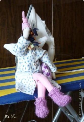 Девочки, показываю вам свою первую Тильду. Знаю, что получилась уродушка, но дочь говорит «ВАУ». Ей понравилась, к ней и уедет!  ----------------- Ириш, Феечка, а я Уродушке новые штанишки сшила!!! фото 4