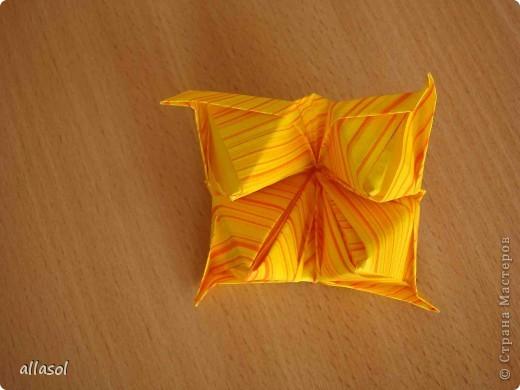 Увидела тюльпаны у Эрны  http://stranamasterov.ru/node/167678 . Очень захотелось сделать. Мои тюльпаны тоже гиганты. Размер квадрата 21х21см. Сделала их из подарочной бумаги. Хочу поделиться некоторыми дополнениями. фото 3