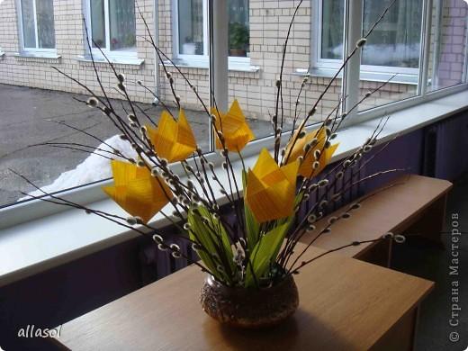 Увидела тюльпаны у Эрны  http://stranamasterov.ru/node/167678 . Очень захотелось сделать. Мои тюльпаны тоже гиганты. Размер квадрата 21х21см. Сделала их из подарочной бумаги. Хочу поделиться некоторыми дополнениями. фото 1
