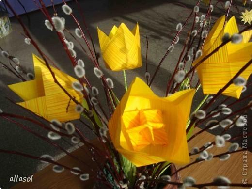 Увидела тюльпаны у Эрны  http://stranamasterov.ru/node/167678 . Очень захотелось сделать. Мои тюльпаны тоже гиганты. Размер квадрата 21х21см. Сделала их из подарочной бумаги. Хочу поделиться некоторыми дополнениями. фото 8