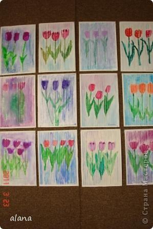 Тюльпаны под весенним дождем. Белым восковым мелком на рисунке проведены вертикальные линии на расстоянии 1 см друг от друга. А затем акварелью раскрасили цветы и фон. Все работы получились очень интересными. фото 1