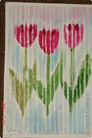 Тюльпаны под весенним дождем. Белым восковым мелком на рисунке проведены вертикальные линии на расстоянии 1 см друг от друга. А затем акварелью раскрасили цветы и фон. Все работы получились очень интересными. фото 2