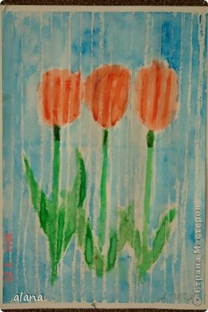 Тюльпаны под весенним дождем. Белым восковым мелком на рисунке проведены вертикальные линии на расстоянии 1 см друг от друга. А затем акварелью раскрасили цветы и фон. Все работы получились очень интересными. фото 3