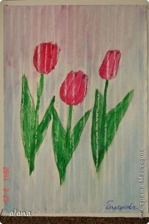 Тюльпаны под весенним дождем. Белым восковым мелком на рисунке проведены вертикальные линии на расстоянии 1 см друг от друга. А затем акварелью раскрасили цветы и фон. Все работы получились очень интересными. фото 4