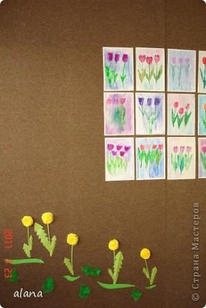 Тюльпаны под весенним дождем. Белым восковым мелком на рисунке проведены вертикальные линии на расстоянии 1 см друг от друга. А затем акварелью раскрасили цветы и фон. Все работы получились очень интересными. фото 5