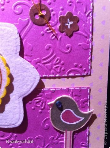 Первая открыточка: бумага из детской серии, салфетка, затонированная зеленым цветом, вощеная нить, два вида тесьмы, бордюрный дырокол, сезаль, стразина в виде сердца, пудра и фен для эмбоссинга.  фото 7