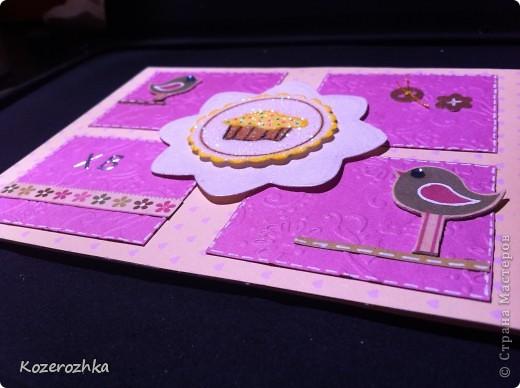 Первая открыточка: бумага из детской серии, салфетка, затонированная зеленым цветом, вощеная нить, два вида тесьмы, бордюрный дырокол, сезаль, стразина в виде сердца, пудра и фен для эмбоссинга.  фото 6