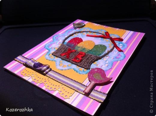 Первая открыточка: бумага из детской серии, салфетка, затонированная зеленым цветом, вощеная нить, два вида тесьмы, бордюрный дырокол, сезаль, стразина в виде сердца, пудра и фен для эмбоссинга.  фото 1