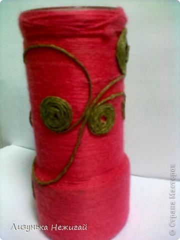 Розовые нитки обмотаны вокруг стеклянной банки из-под кофе фото 3