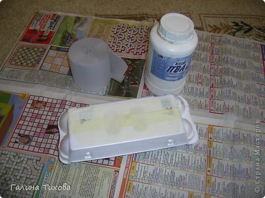 Вот такую шкатулку для бисера можно сделать, имея под рукой пенопластовый контейнер из-под яиц, туалетную бумагу, клей ПВА, фигурные макароны и горох. фото 3