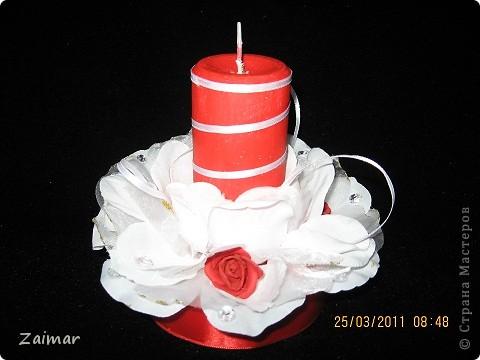 Свеча на свадьба в красно белых тонах Сестра заказала красную свечу со скромным оформлением. Вот такая у меня получилась. Сразу скажу что диски и картон я использовала для изготовления подставки. Белые лепестки это бывшие две резинки для волос. Маленькие красные цветочки тоже использовала готовые покупные. А вот свечу красную найти не смогла пришлось покрасить. Может кто подскажет как свеча ведет себя в таких условиях, краска мешать огню не будет? фото 1