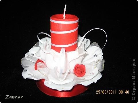 Свеча на свадьба в красно белых тонах Сестра заказала красную свечу со скромным оформлением. Вот такая у меня получилась. Сразу скажу что диски и картон я использовала для изготовления подставки. Белые лепестки это бывшие две резинки для волос. Маленькие красные цветочки тоже использовала готовые покупные. А вот свечу красную найти не смогла пришлось покрасить. Может кто подскажет как свеча ведет себя в таких условиях, краска мешать огню не будет? фото 3