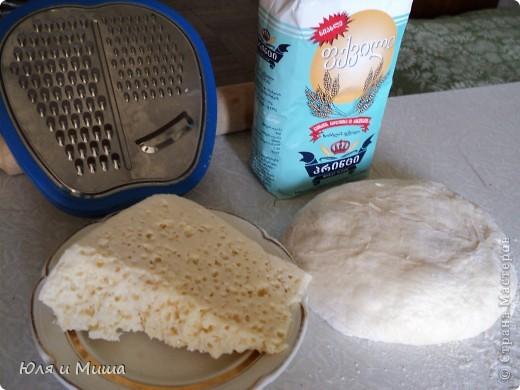Для хачапури понадобится не много.  Умеренной солоности сыр  Дрожжевое тесто   Дрожжевое тесто я делаю так - в стакане теплой воды разбавить чайную ложку с верхом дрожжей быстрого растворения, чайную ложку соли, смешать вилкой. Можно к этому яйцо добавить, а можно и без. Потом постепенно всыпать муку до получения в меру мягкого колобка, который не липнет к рукам и оставить в теплом месте до подымания теста. Потом еще раз обмять и опять оставить.  Когда опять подыметься, станет красиво-воздушным, можно с ним работать.  Количество сыра и теста зависит от того сколько вы хачапури желаете.  Мы сегодня делали только два и нам понадобилось 250 г сыра и совсем мало теста. фото 1