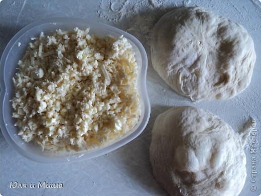 Для хачапури понадобится не много.  Умеренной солоности сыр  Дрожжевое тесто   Дрожжевое тесто я делаю так - в стакане теплой воды разбавить чайную ложку с верхом дрожжей быстрого растворения, чайную ложку соли, смешать вилкой. Можно к этому яйцо добавить, а можно и без. Потом постепенно всыпать муку до получения в меру мягкого колобка, который не липнет к рукам и оставить в теплом месте до подымания теста. Потом еще раз обмять и опять оставить.  Когда опять подыметься, станет красиво-воздушным, можно с ним работать.  Количество сыра и теста зависит от того сколько вы хачапури желаете.  Мы сегодня делали только два и нам понадобилось 250 г сыра и совсем мало теста. фото 2