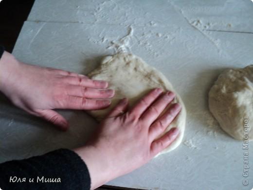 Для хачапури понадобится не много.  Умеренной солоности сыр  Дрожжевое тесто   Дрожжевое тесто я делаю так - в стакане теплой воды разбавить чайную ложку с верхом дрожжей быстрого растворения, чайную ложку соли, смешать вилкой. Можно к этому яйцо добавить, а можно и без. Потом постепенно всыпать муку до получения в меру мягкого колобка, который не липнет к рукам и оставить в теплом месте до подымания теста. Потом еще раз обмять и опять оставить.  Когда опять подыметься, станет красиво-воздушным, можно с ним работать.  Количество сыра и теста зависит от того сколько вы хачапури желаете.  Мы сегодня делали только два и нам понадобилось 250 г сыра и совсем мало теста. фото 3