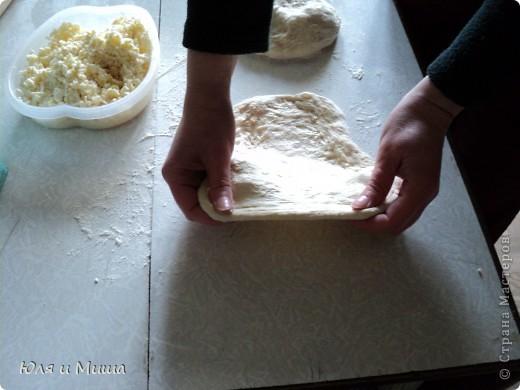 Для хачапури понадобится не много.  Умеренной солоности сыр  Дрожжевое тесто   Дрожжевое тесто я делаю так - в стакане теплой воды разбавить чайную ложку с верхом дрожжей быстрого растворения, чайную ложку соли, смешать вилкой. Можно к этому яйцо добавить, а можно и без. Потом постепенно всыпать муку до получения в меру мягкого колобка, который не липнет к рукам и оставить в теплом месте до подымания теста. Потом еще раз обмять и опять оставить.  Когда опять подыметься, станет красиво-воздушным, можно с ним работать.  Количество сыра и теста зависит от того сколько вы хачапури желаете.  Мы сегодня делали только два и нам понадобилось 250 г сыра и совсем мало теста. фото 4