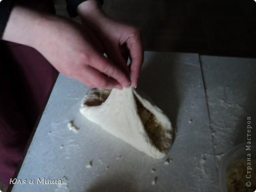 Для хачапури понадобится не много.  Умеренной солоности сыр  Дрожжевое тесто   Дрожжевое тесто я делаю так - в стакане теплой воды разбавить чайную ложку с верхом дрожжей быстрого растворения, чайную ложку соли, смешать вилкой. Можно к этому яйцо добавить, а можно и без. Потом постепенно всыпать муку до получения в меру мягкого колобка, который не липнет к рукам и оставить в теплом месте до подымания теста. Потом еще раз обмять и опять оставить.  Когда опять подыметься, станет красиво-воздушным, можно с ним работать.  Количество сыра и теста зависит от того сколько вы хачапури желаете.  Мы сегодня делали только два и нам понадобилось 250 г сыра и совсем мало теста. фото 6