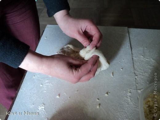 Для хачапури понадобится не много.  Умеренной солоности сыр  Дрожжевое тесто   Дрожжевое тесто я делаю так - в стакане теплой воды разбавить чайную ложку с верхом дрожжей быстрого растворения, чайную ложку соли, смешать вилкой. Можно к этому яйцо добавить, а можно и без. Потом постепенно всыпать муку до получения в меру мягкого колобка, который не липнет к рукам и оставить в теплом месте до подымания теста. Потом еще раз обмять и опять оставить.  Когда опять подыметься, станет красиво-воздушным, можно с ним работать.  Количество сыра и теста зависит от того сколько вы хачапури желаете.  Мы сегодня делали только два и нам понадобилось 250 г сыра и совсем мало теста. фото 7