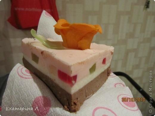 """Вот такой вот """"Мыльный торт"""". Когда я его дарила друзьям почти все хотели откусить. Пахнет вкусно  и на вид не отличить от торта! фото 4"""