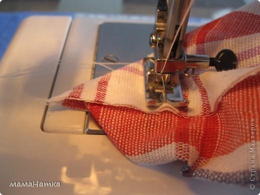 Вот за что люблю декупаж на ткани так за то, что в сочетании с минимальным навыком шить можно получить замечательный результат. Например, вот такие мешочки для подарков, ведь на Пасху мы пойдем к нашим родным и близким и обязательно понесем подарки.  1. Сделать декупаж на ткани ( я делала на канве): на канву приложить выбранный фрагмент салфетки, от которого отделены два белых слоя и клеем для декупажа по ткани, от середины, хорошо пропитывая, приклеить его. Повесить сушить и через 24 часа прогладить между 2 листами бумаги утюгом ( 40С)  фото 3