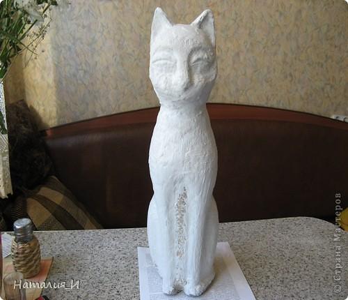 На просторах инета наткнулась на фото статуэтки-кошки (к сожалению, фото не сохранила). Уж очень она мне понравилась, решила сделать себе такую, но в процессе работы начал вырисовываться КОТ, а не кошка! Этого кота я начала делать еще в прошлом году, руки все не доходили до него.... поэтому не фоткала начало, но расскажу. Взяла пластиковую бутылку, разрезала  до нужного размера, соединила верх и низ, чтобы получилась заготовка - туловище-голова. Затем приготовила массу папье-маше (из коробок из-под яиц) и оклеила заготовку. фото 5