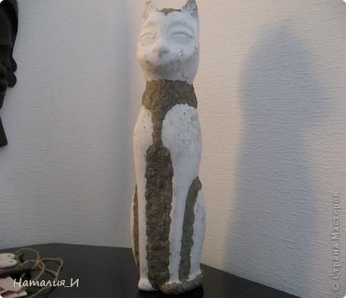 На просторах инета наткнулась на фото статуэтки-кошки (к сожалению, фото не сохранила). Уж очень она мне понравилась, решила сделать себе такую, но в процессе работы начал вырисовываться КОТ, а не кошка! Этого кота я начала делать еще в прошлом году, руки все не доходили до него.... поэтому не фоткала начало, но расскажу. Взяла пластиковую бутылку, разрезала  до нужного размера, соединила верх и низ, чтобы получилась заготовка - туловище-голова. Затем приготовила массу папье-маше (из коробок из-под яиц) и оклеила заготовку. фото 7