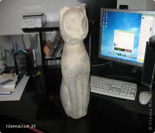 На просторах инета наткнулась на фото статуэтки-кошки (к сожалению, фото не сохранила). Уж очень она мне понравилась, решила сделать себе такую, но в процессе работы начал вырисовываться КОТ, а не кошка! Этого кота я начала делать еще в прошлом году, руки все не доходили до него.... поэтому не фоткала начало, но расскажу. Взяла пластиковую бутылку, разрезала  до нужного размера, соединила верх и низ, чтобы получилась заготовка - туловище-голова. Затем приготовила массу папье-маше (из коробок из-под яиц) и оклеила заготовку. фото 2