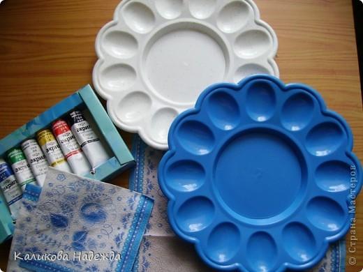 Приобрела вот такие пластиковые подставки под яйца с желанием их как-то принарядить. Хотя украшением этих подставок будут скорее всего разноцветные яйца.Ну ладно. Просто захотелось их расписать и кому-нибудь в маленький подарочек... фото 1