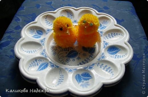 Приобрела вот такие пластиковые подставки под яйца с желанием их как-то принарядить. Хотя украшением этих подставок будут скорее всего разноцветные яйца.Ну ладно. Просто захотелось их расписать и кому-нибудь в маленький подарочек... фото 5