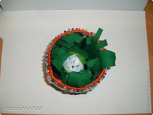 Корзиночку сделала из пластиковой бутылке. Отрезе донышко, края обшила нитками. Украсила пайетки и бусины можно чем то другим насколько хватит фантазия. В внутреннюю поверхность можно гофрированной бумагой или тканью.  фото 2