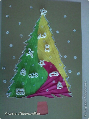"""С аппликациями в технике""""айрис фолдинг"""" мои дети уже знакомы(осенью клеяли кленовые листочки). Решили к Новому году попробовать изготовить елочки. Каждый фантазировал, как хотел. У Ксюши, например, елочку тихо покрыли хлопья снега. фото 1"""