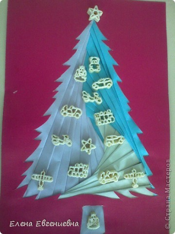 """С аппликациями в технике""""айрис фолдинг"""" мои дети уже знакомы(осенью клеяли кленовые листочки). Решили к Новому году попробовать изготовить елочки. Каждый фантазировал, как хотел. У Ксюши, например, елочку тихо покрыли хлопья снега. фото 4"""