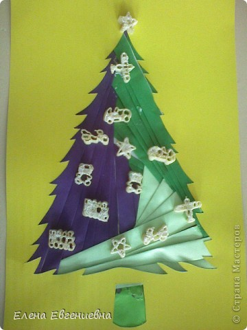"""С аппликациями в технике""""айрис фолдинг"""" мои дети уже знакомы(осенью клеяли кленовые листочки). Решили к Новому году попробовать изготовить елочки. Каждый фантазировал, как хотел. У Ксюши, например, елочку тихо покрыли хлопья снега. фото 6"""