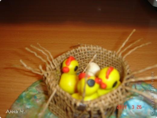 Сделали цыпляток и опять троих, и три кустика. Саша 2,9. Для цыплят заготовки сделала из пластилина, а Саша сам лепил. Ну а фон на котором расположено гнездо выбран мастером самостоятельно, без объяснений. фото 2