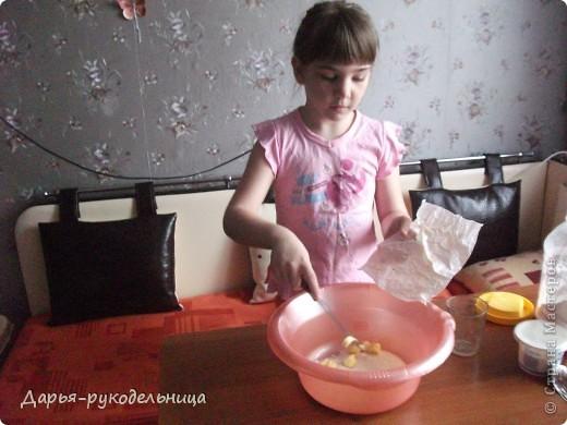 Я сейчас у бабушки потому что у нас каникулы.И решила для мамы сделать сюрприз,испечь кексы и пригласить на чай маму и папу. фото 5