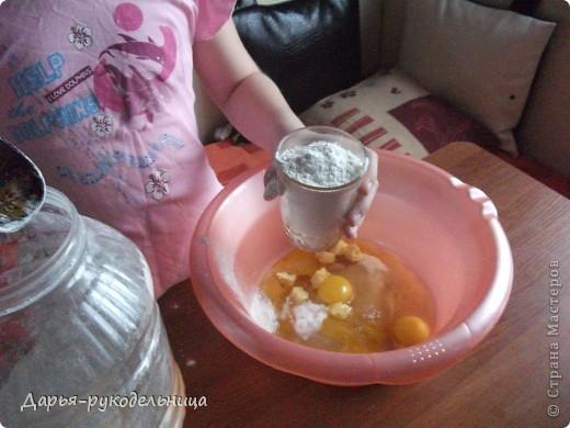 Я сейчас у бабушки потому что у нас каникулы.И решила для мамы сделать сюрприз,испечь кексы и пригласить на чай маму и папу. фото 9