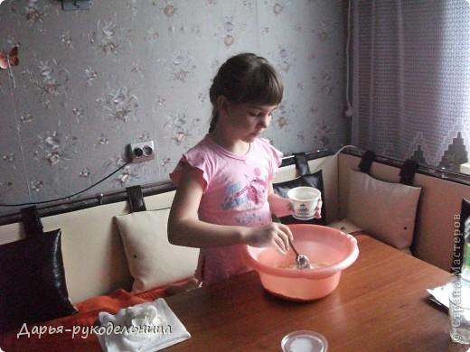 Я сейчас у бабушки потому что у нас каникулы.И решила для мамы сделать сюрприз,испечь кексы и пригласить на чай маму и папу. фото 11